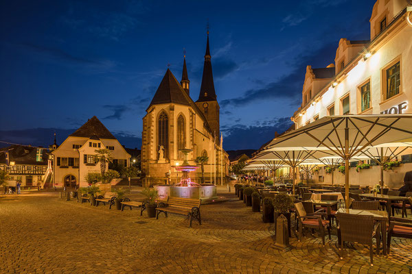Blick über Marktplatz und Kirche von Deidesheim