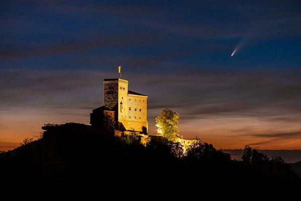 Komet Neowise hinter der Burg Trifels
