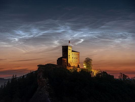 Endlich! Nach jahrelangen Versuchen: leuchtende Nachtwolken hinter der Burg Trifels!