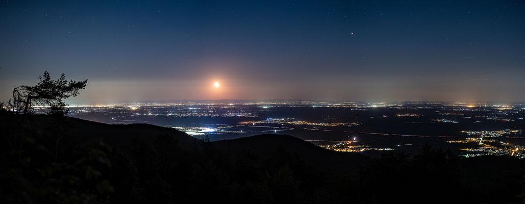 Mondaufgang über der Rheinebene