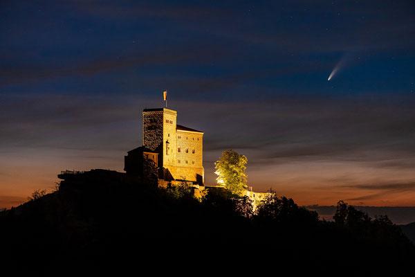 Komet Neowise am Trifels, 70 x 50 cm, Aluminium-Wechselrahmen, Fotodruck auf hochwertigem Hahnemühle-Karton mit Passepartout, 170 €