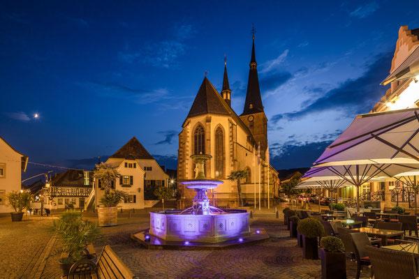 Blaue Stunde am Deidesheimer Marktplatz, 80 x 60cm, Alu-Dibond mit Fotopapier, Hängung: Aluminiumschiene, 130 €