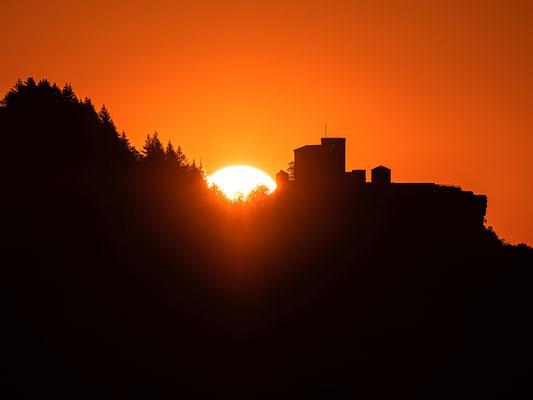 Sonnenaufgang hinter der Burg Trifels