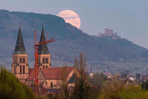 Vollmonduntergang hinter der Landauer Marienkirche und dem Trifels