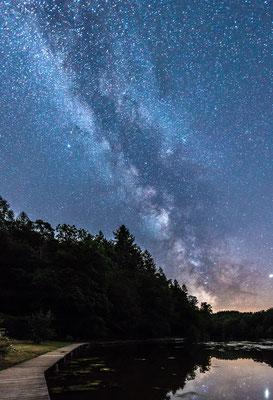 Die Milchstraße spiegelt sich im Eiswoog