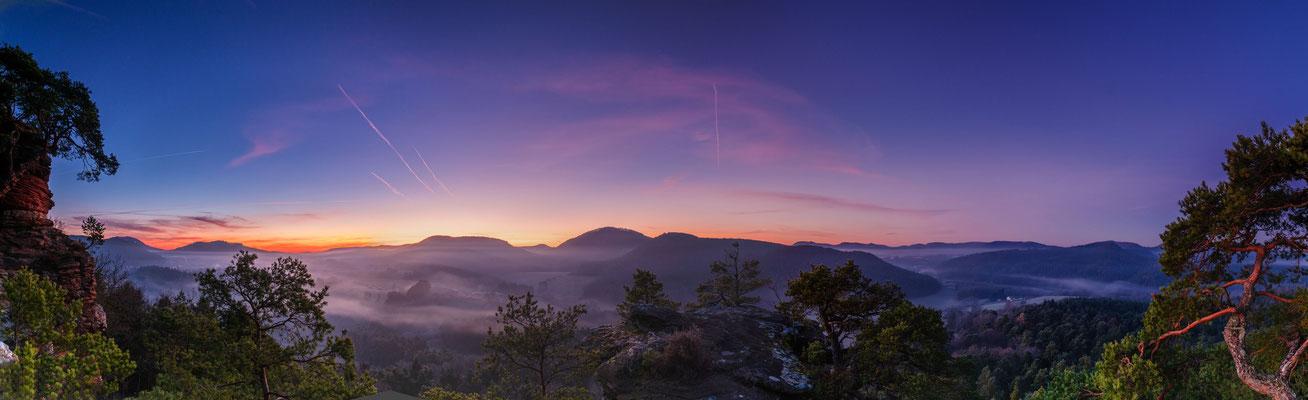 Erste Morgenröte über dem Dickenbergturm