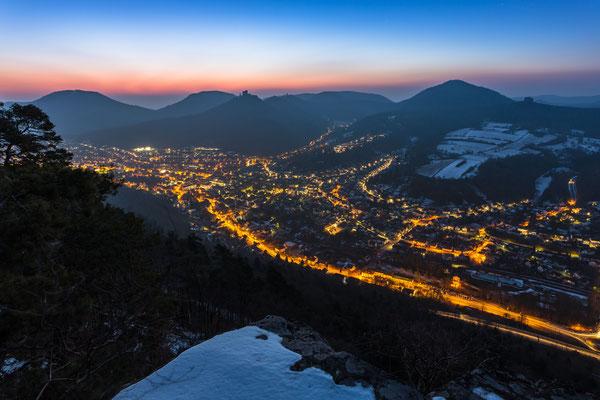 Annweiler und Trifels am Ende einer Winternacht