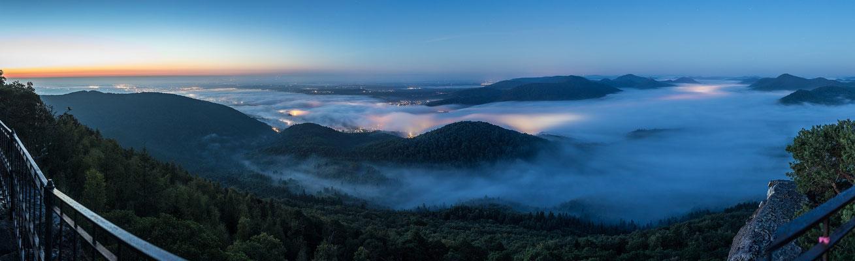 Panoramablick über die nächtliche Südpfalz
