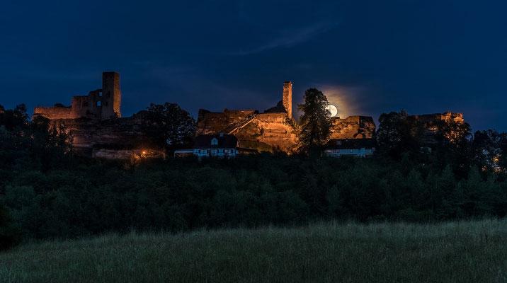 Vollmondaufgang hinter der Burg Altdahn