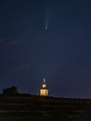 Komet Neowise hinter dem Flaggenturm