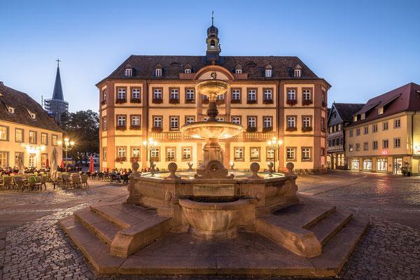 Marktplatz und Königsbrunnen in Neustadt