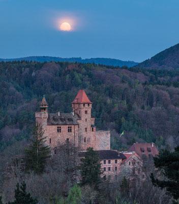 Vollmonduntergang hinter Burg Berwartstein