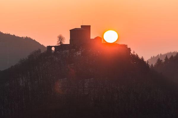 Sonnenaufgang direkt hinter der Burg Trifels