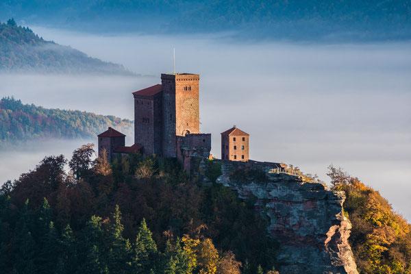 Burg Trifels in buntem Laub und Nebel