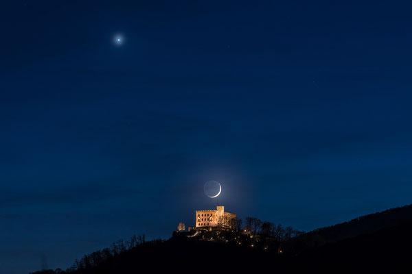 Venus und Sichelmond am Hambacher Schloss