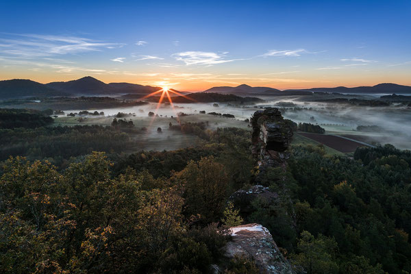 Sonnenaufgang über dem Herbstnebel