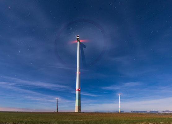 Windräder bei Offenbach im Vollmondlicht