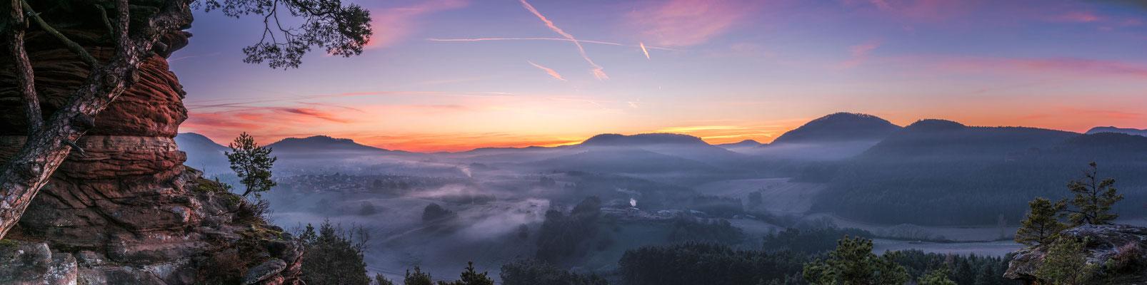 Nebel im Tal - Morgenröte am Himmel