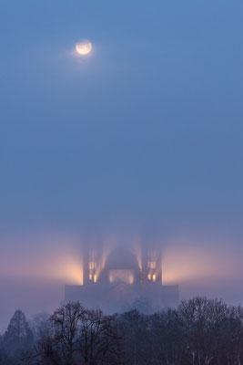 Vollmonduntergang hinter dem nebligen Speyerer Dom