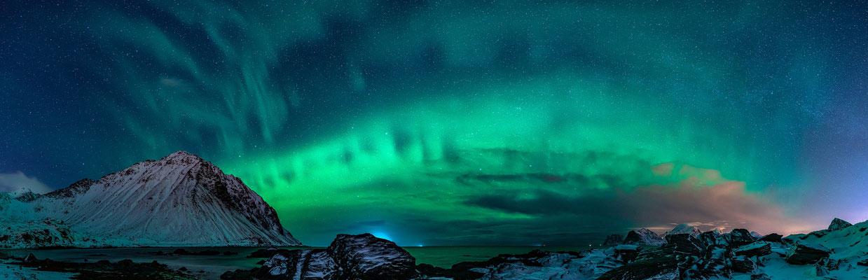 Polarlicht am Strand von Myrland (Lofoten), 100 x 35 cm, Aluminium-Wechselrahmen, Fotodruck auf hochwertigem Hahnemühle-Karton mit Passepartout, 210 €