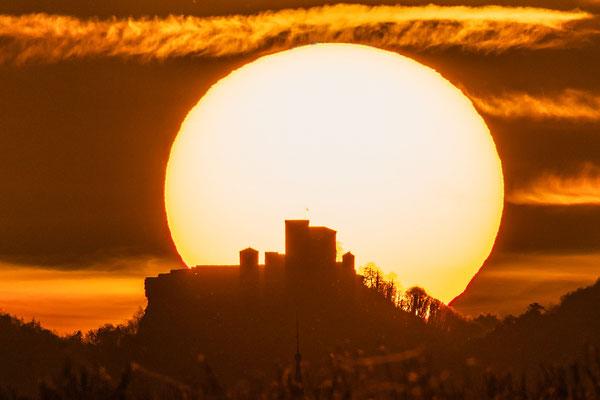 Sonnenuntergang hinter der Burg Trifels