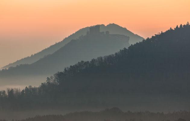 Burg Trifels im ersten Tageslicht