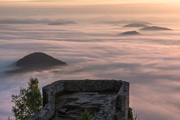 Sonnenaufgang über der nebligen Wegelnburg