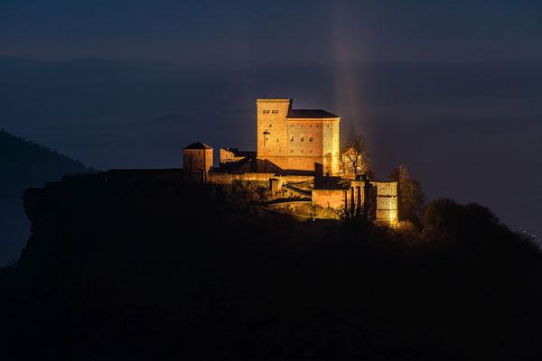 Burg Trifels im letzten Abendlicht
