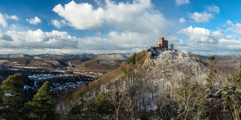 Panoramaaufnahme - Winterlicher Trifels, 120 x 60 cm,  Alu-Dibond mit Acrylglas, Rückseitige Hängung mit Aluminiumschiene, 290 €