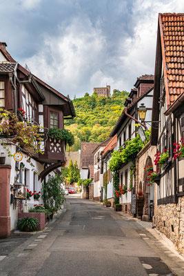 Blick von der Schlossstraße aufs Hambacher Schloss