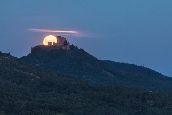Vollmonduntergang hinter Burg Trifels