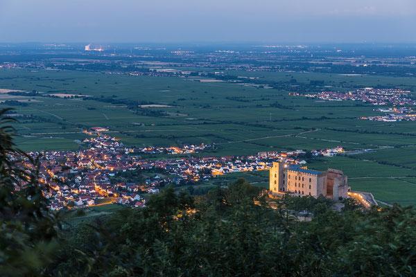 Hambacher Schloss in der Abenddämmerung
