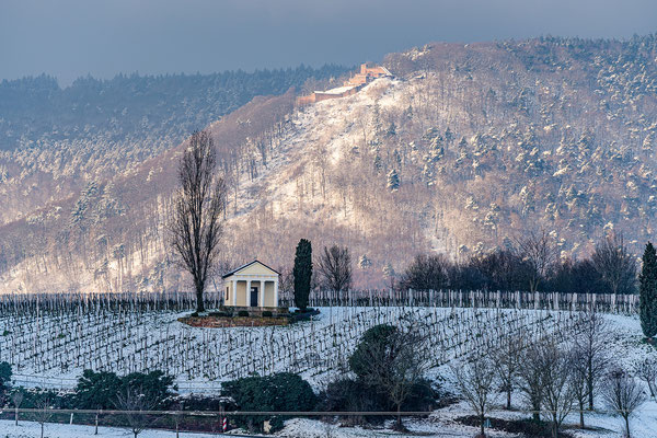 Winterliche Pfalz: Blick auf das Pavillon und die Rietburg