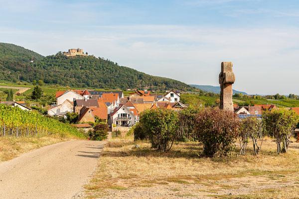 Blick über Maikammer zum Hambacher Schloss