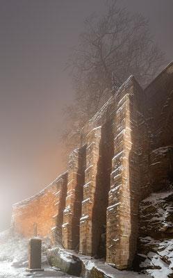 Neblige Winternacht auf dem Trifels