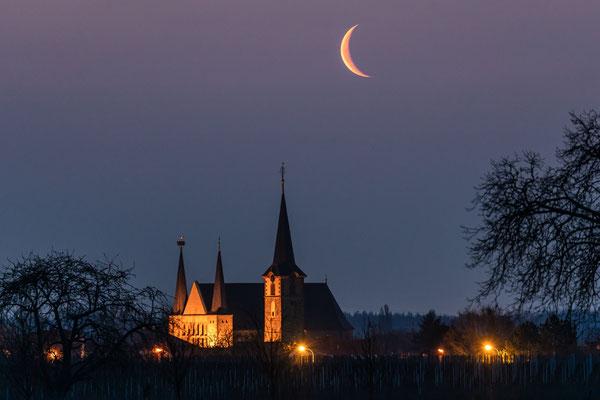 Mondaufgang hinter der Geinsheimer Kirche