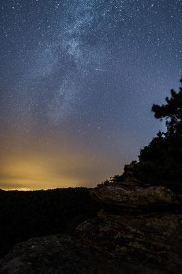Milchstraße und Sternschnuppe am Rötzenfels