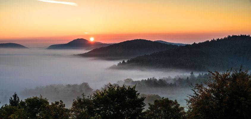 Sonnenaufgang an einem Nebelmorgen
