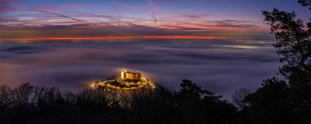 Hambacher Schloss im Morgennebel