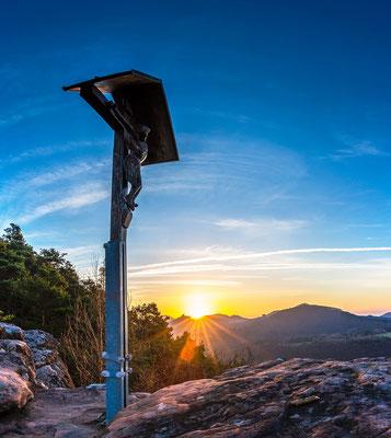 Hlzkreuz auf dem Wachtfels im ersten Sonnenlicht