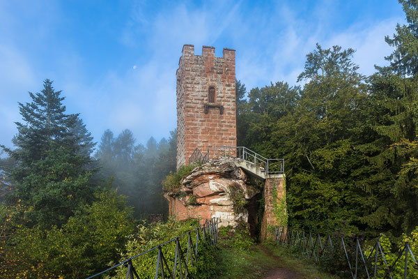 Burg Erfenstein im letzten Morgennebel