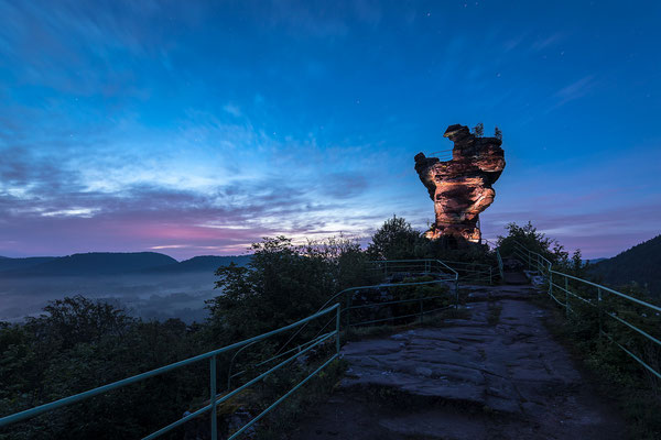 Morgendämmerung auf der Ruine Drachenfels