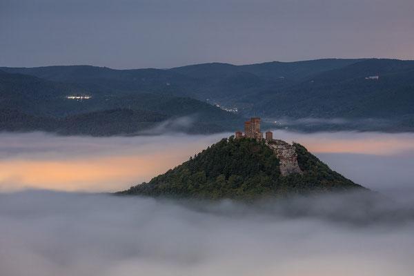 Burg Trifels in nebliger Nacht