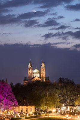 Speyerer Dom mit schmaler Mondsichel