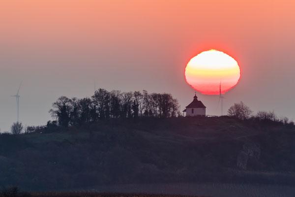"""Sonnenaufgang hinter der Kleinen Kalmit - mit sehr seltenem """"Grünen Strahl"""" oberhalb der Sonnenscheibe"""