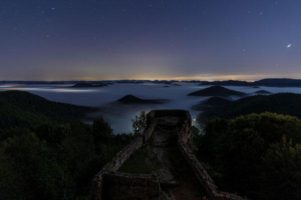 Mondlicht und Nebel über der Wegelnburg