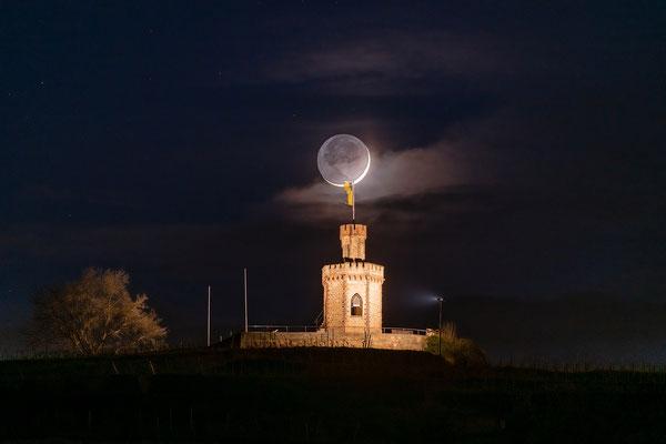 Schmale Mondsichel hinter dem Flaggenturm