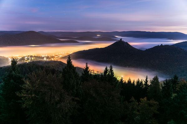 Annweiler und Trifels im Nebel
