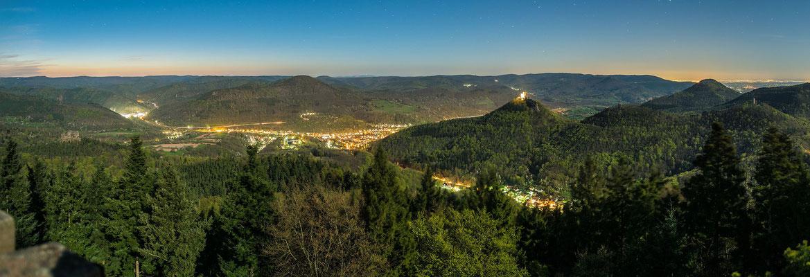 Aussicht auf Trifels und Annweiler bei Vollmond