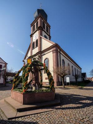 Hagenbacher Kirche mit Osterbrunnen